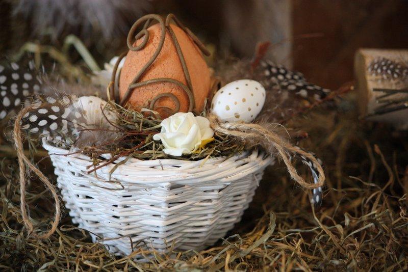 Décoration de Pâques – Un oeuf de Pâques dans un petit nid blanc