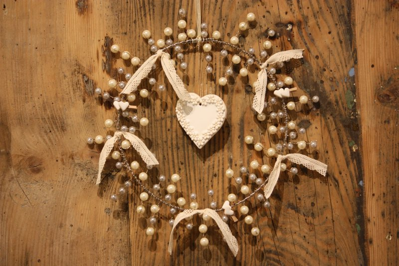 Suspension – La ronde du coeur blanc fleuri